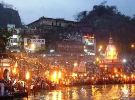 Rituál svetla pri posvätnej rieke Gange v Haridware