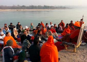 Posedenie s Majstrom (Swamijim) pri rieke Gange v Haridwar
