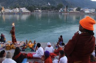 Posedenie s Majstrom (Swamijim) pri rieke Gange v Rishikes